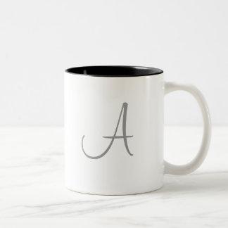 Personalizado simple de la inicial de la letra del taza de dos tonos