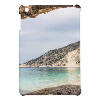 Perspectiva de la cueva en la montaña y la playa