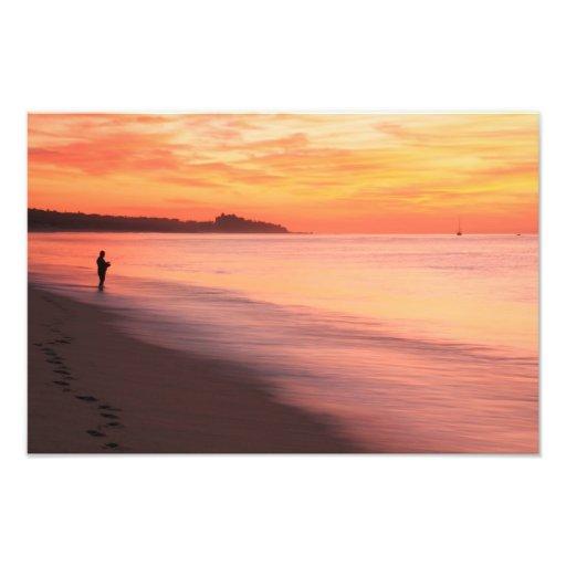 Pescador de la resaca en la playa en la alba impresiones fotograficas