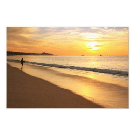 Pescador de la resaca en la salida del sol arte con fotos