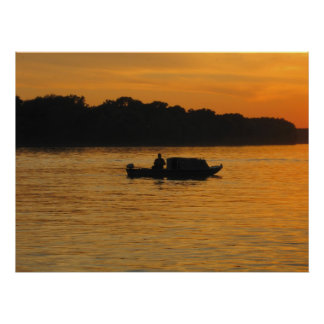Pescador en la puesta del sol en el río Danubio Póster