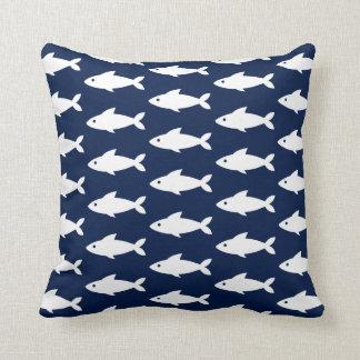 Pescados blancos en la almohada de tiro náutica de