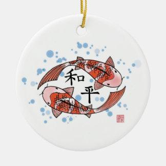 Pescados de Koi con el ornamento de cerámica del