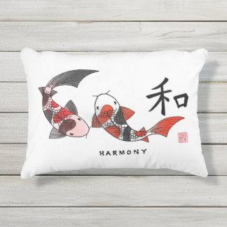 Pescados de Koi con la almohada del carácter de la
