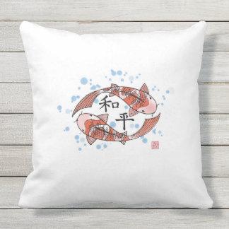 Pescados de Koi con la almohada del chino de la