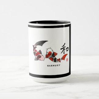 Pescados de Koi con la taza de cerámica del