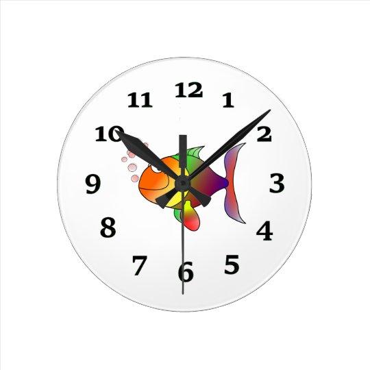 Pescados del dibujo animado reloj redondo mediano