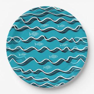 Pescados en el agua en las placas de papel plato de papel