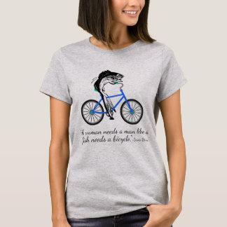 Pescados feministas que montan una bicicleta (con camiseta