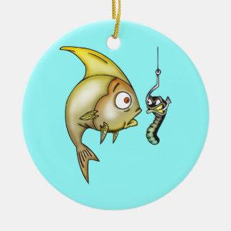 Pescados y gusano divertidos adorno redondo de cerámica