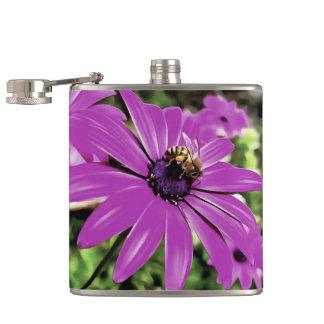 Petaca Abeja de la miel en una flor de la primavera