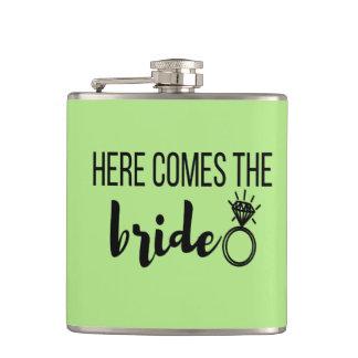 Petaca Aquí viene el frasco envuelto vinilo de la novia