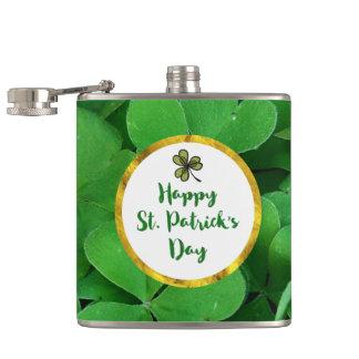 Petaca El día de St Patrick feliz con los tréboles verdes