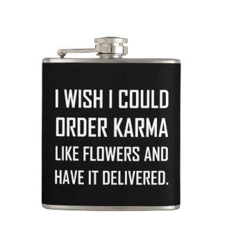 Petaca Karmas como chiste entregado flores