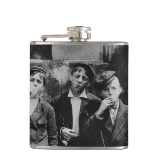 Petaca Muchachos que fuman los cigarrillos