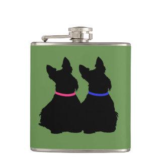 Petaca Negro de Terrier de dos escoceses que sienta el
