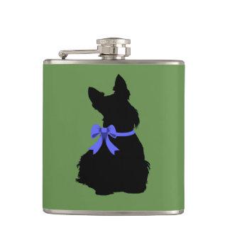 Petaca Silueta negra de Terrier del escocés que sienta el
