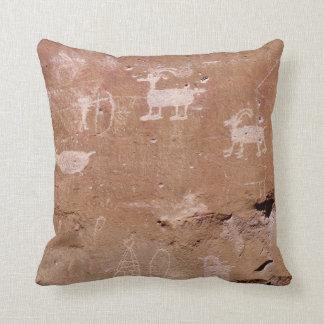 Petroglifo del cazador con la plantilla del texto cojín decorativo