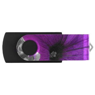 Petunias blancos y negros teñidas púrpura memoria USB