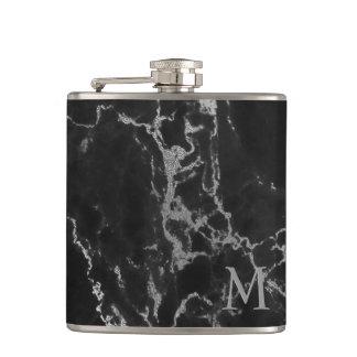 Piedra de mármol negra y gris con monograma petaca