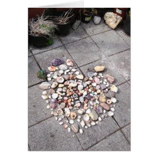 Piedra y tarjeta de felicitación bonitas de la