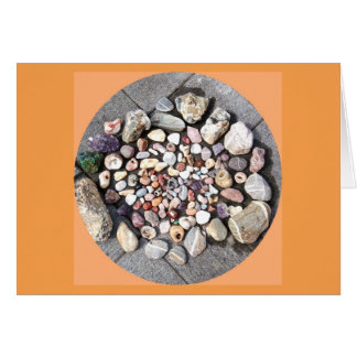 Piedras bonitas en tarjeta de felicitación de la