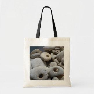 Piedras con los agujeros que hacen compras/el bolso de tela