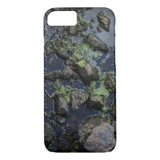 Piedras cubiertas de musgo en una corriente funda iPhone 7