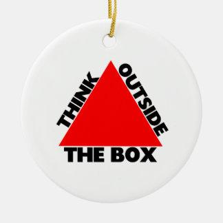 Piense fuera de la caja con el triángulo adorno redondo de cerámica
