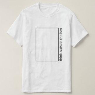 Piense fuera de la camiseta de la caja