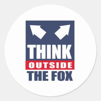 Piense fuera del zorro pegatina redonda