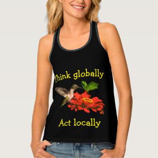 Piense global las camisetas sin mangas del colibrí