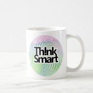 Piense las rayas elegantes del remolino de la taza de café