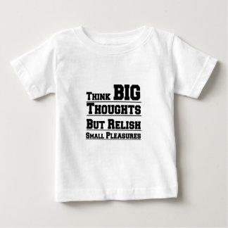 Piense los pensamientos grandes pero placeres del camiseta de bebé