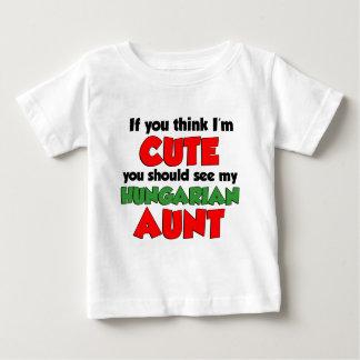 Piense que soy tía húngara linda camiseta de bebé