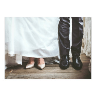 Piernas de novia y del novio en la invitación del