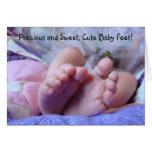 ¡Pies lindos preciosos y dulces del bebé! Dedos de Felicitacion