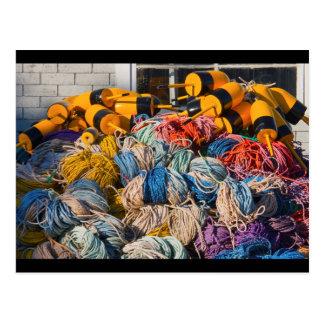 Pila de artes de pesca de la langosta en muelle en postal