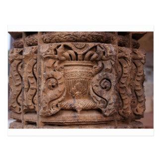 Pilar de piedra adornado en el Qutub Minar Postal