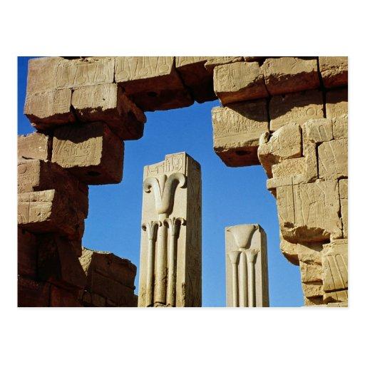 Pilares adornados con loto estilizado postales