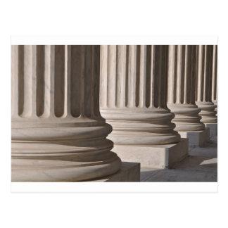 Pilares de la ley y de la justicia en el postal