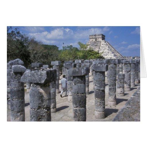 Pilares de piedra antiguos en Chichen Itza. Centra Tarjeton