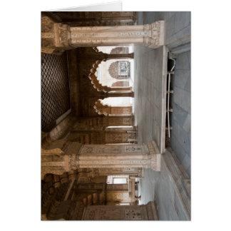 Pilares dentro del fuerte rojo en la India Tarjeton