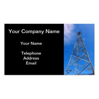 Pilón grande de la electricidad contra un cielo plantilla de tarjeta personal
