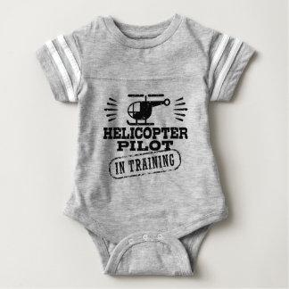 Piloto del helicóptero en el entrenamiento body para bebé