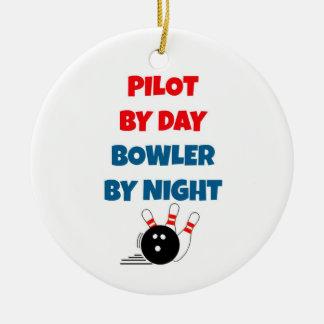 Piloto por el jugador de bolos del día por noche adorno navideño redondo de cerámica