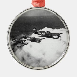 Pilotos del negro en aviones de combate adorno navideño redondo de metal