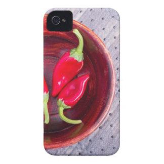 Pimienta cruda roja en un cuenco de madera marrón carcasa para iPhone 4 de Case-Mate
