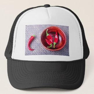 Pimienta roja caliente de los chiles en un cuenco gorra de camionero