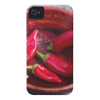 Pimientas de chile rojo calientes en un fondo de funda para iPhone 4
